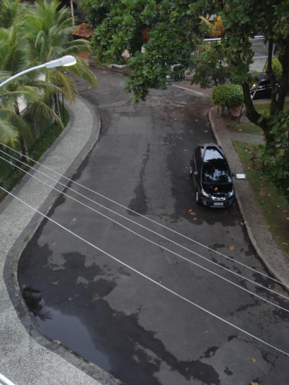 Rua e calçadas molhadas